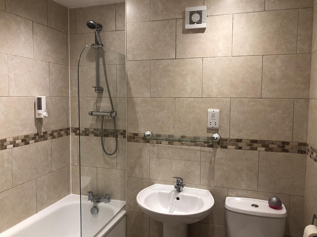 1 Bed, top floor property available on Kings Crescent. 3 Image