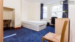 Double bedroom (room 2) - Big 3 bedroom apartment in lively Earl's Court