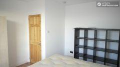 Single Bedroom (Room B) - Pleasant 4-bedroom apartment in residential Poplar