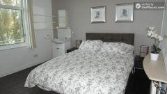 Double Bedroom (Room B) - Huge 6-bedroom house by Millennium Park in Mile End