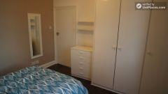 Single Bedroom (Room C) - Huge 6-bedroom house by Millennium Park in Mile End