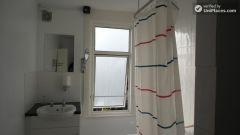 Double Bedroom (Room F) - Huge 6-bedroom house by Millennium Park in Mile End