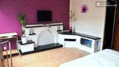 Single Bedroom (Room A) - Colourful 5-bedroom apartment by Victoria Park in East End