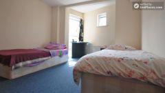Triple Ensuite Bedroom (Room A) - 5-Bedroom apartment in green Queen's Park