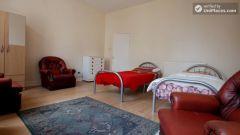 Single Bedroom (Room C) - 6-bedroom apartment in calm West Kilburn