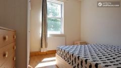 Twin Bedroom (Room C) - 4-bedroom apartment in calm, northern Kilburn