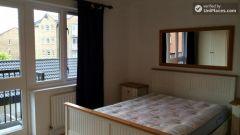 Single Bedroom (Room A) - Bright 3-Bedroom apartment near Canary Wharf