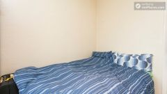 Double Bedroom (Room 6) - Homely 6-bedroom house in suburban Acton