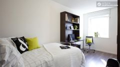 Accessible Double Bedroom - Charming residence in posh Finsbury Park