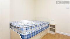 Double Bedroom (Room 3) - Charming 6-bedroom house in Headingley, Leeds