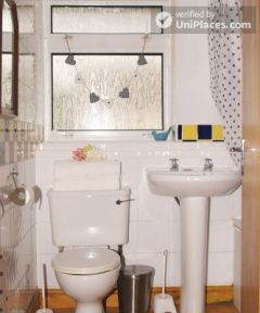 Double Bedroom (Room 2) - Comfortable 3-bedroom apartment in Nottingham