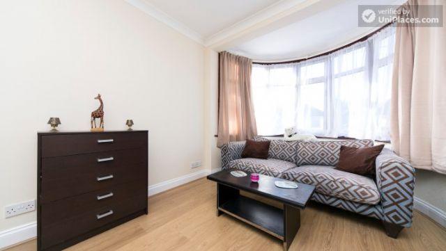 Single Bedroom (Room 203) - Pleasant 6-Bedroom House in Residential Kenton 8 Image