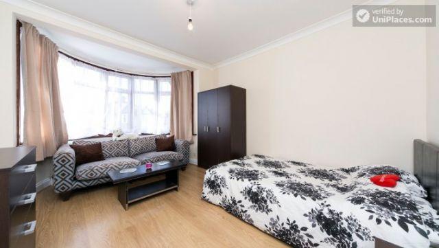 Single Bedroom (Room 203) - Pleasant 6-Bedroom House in Residential Kenton 10 Image