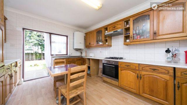 Single Bedroom (Room 203) - Pleasant 6-Bedroom House in Residential Kenton 4 Image