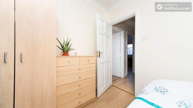 Single Bedroom (Room 203) - Pleasant 6-Bedroom House in Residential Kenton 5 Image