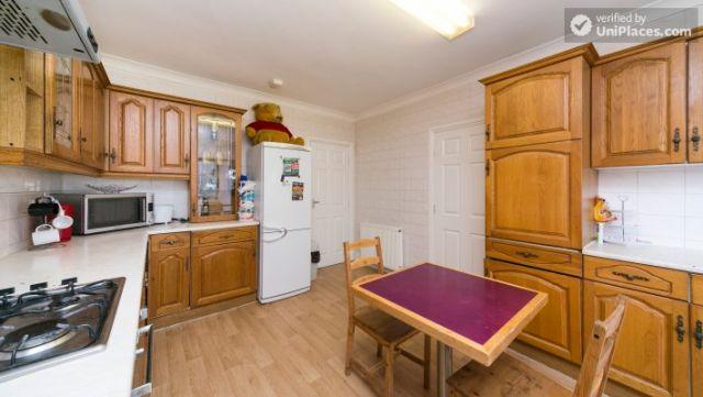 Single Bedroom (Room 203) - Pleasant 6-Bedroom House in Residential Kenton 12 Image