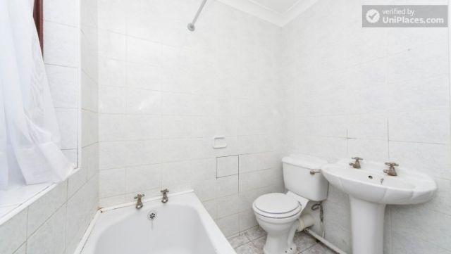 Single Bedroom (Room 203) - Pleasant 6-Bedroom House in Residential Kenton 6 Image