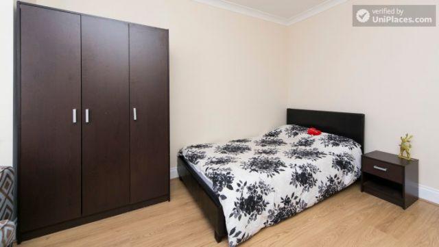 Single Bedroom (Room 203) - Pleasant 6-Bedroom House in Residential Kenton 3 Image
