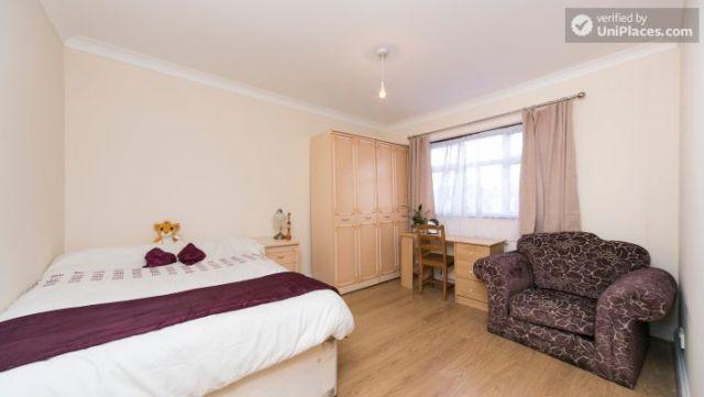 Single Bedroom (Room 203) - Pleasant 6-Bedroom House in Residential Kenton 7 Image