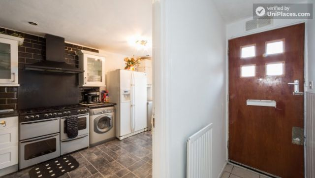 Single Bedroom (Room 4) - 4-Bedroom Apartment in Multicultural Brixton 8 Image