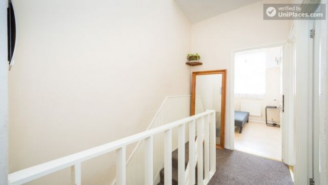 Single Bedroom (Room 4) - 4-Bedroom Apartment in Multicultural Brixton 12 Image