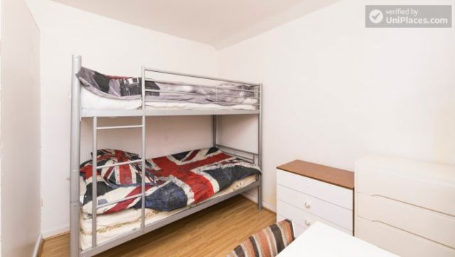 Twin Bedroom (Room 101) - Bed 1 - Large 6-Bedroom House in Calm West Ham 5 Image