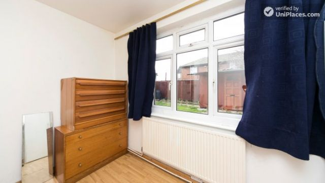 Twin Bedroom (Room 101) - Bed 1 - Large 6-Bedroom House in Calm West Ham 4 Image