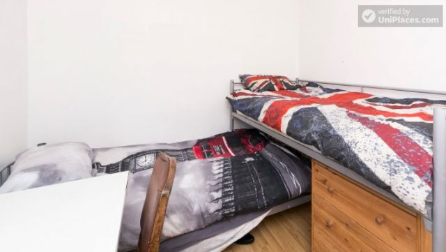 Twin Bedroom (Room 101) - Bed 1 - Large 6-Bedroom House in Calm West Ham 7 Image