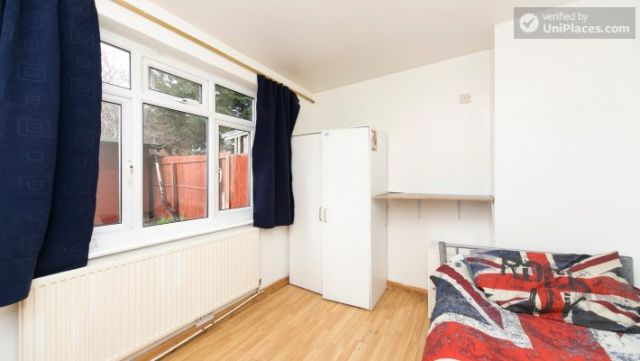Twin Bedroom (Room 101) - Bed 1 - Large 6-Bedroom House in Calm West Ham 12 Image