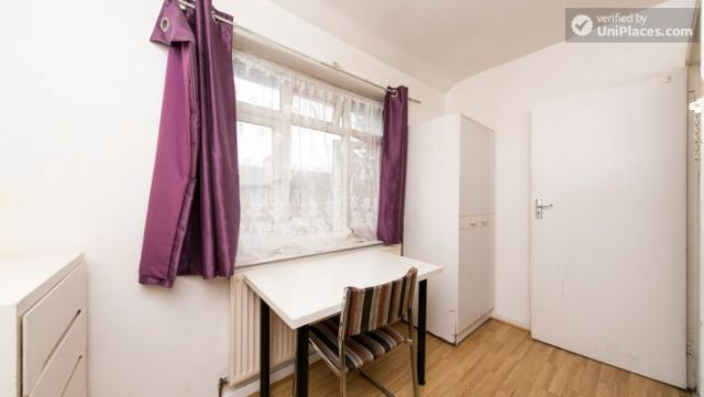Twin Bedroom (Room 101) - Bed 1 - Large 6-Bedroom House in Calm West Ham 10 Image