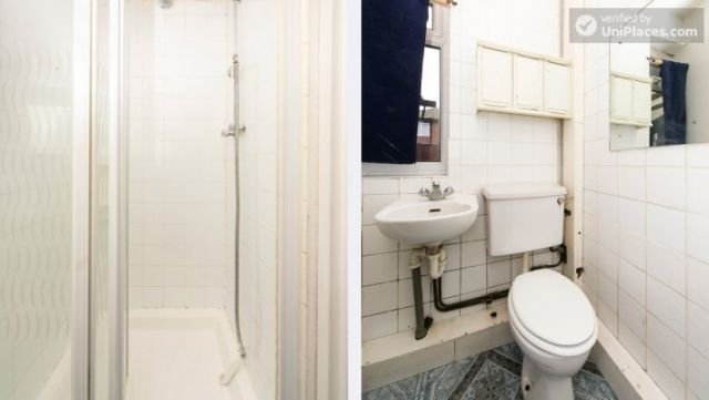 Twin Bedroom (Room 101) - Bed 1 - Large 6-Bedroom House in Calm West Ham 8 Image