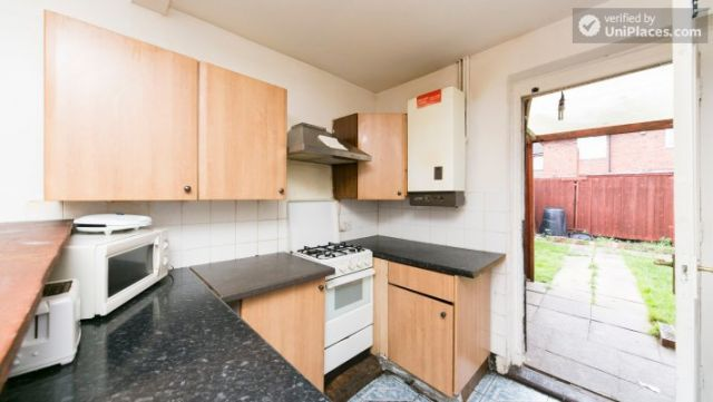 Twin Bedroom (Room 101) - Bed 1 - Large 6-Bedroom House in Calm West Ham 11 Image