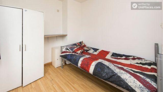 Bunk Bedroom (Room 202) - Bed 1 - Large 6-Bedroom House in Calm West Ham 3 Image