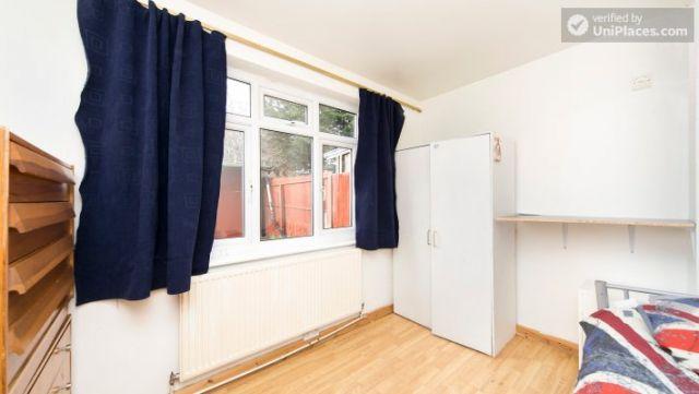 Bunk Bedroom (Room 202) - Bed 1 - Large 6-Bedroom House in Calm West Ham 9 Image