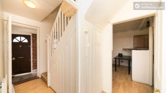 Bunk Bedroom (Room 202) - Bed 1 - Large 6-Bedroom House in Calm West Ham 5 Image