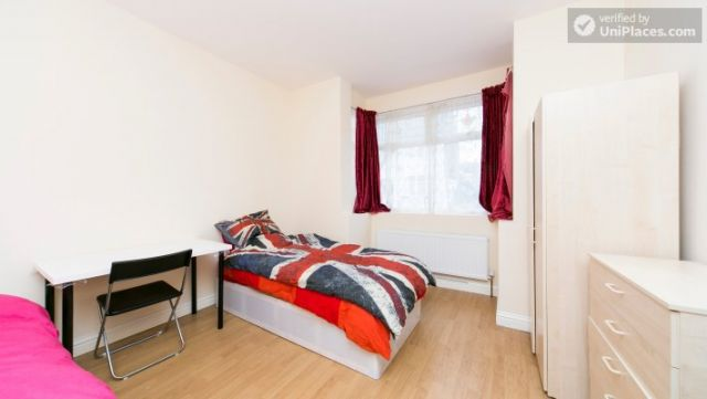 Single Bedroom (Room 302) - Bright Apartment in Residential Leyton Area 12 Image