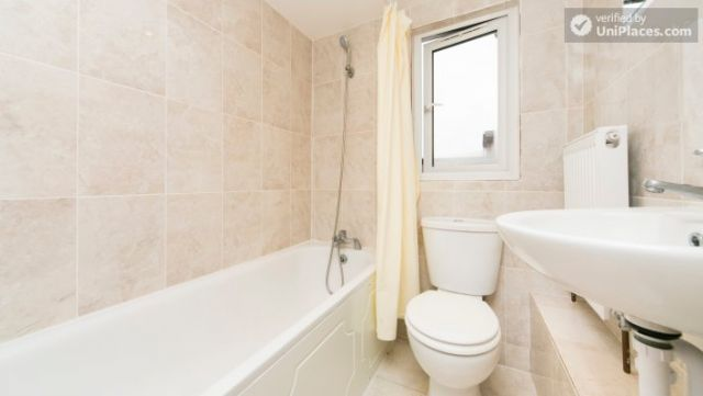 Single Bedroom (Room 302) - Bright Apartment in Residential Leyton Area 8 Image