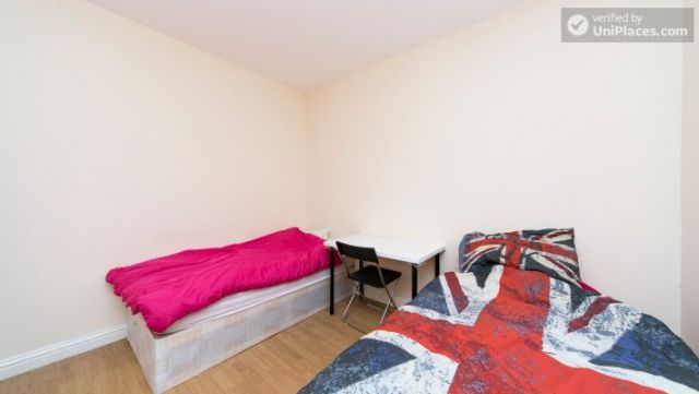 Single Bedroom (Room 302) - Bright Apartment in Residential Leyton Area 7 Image