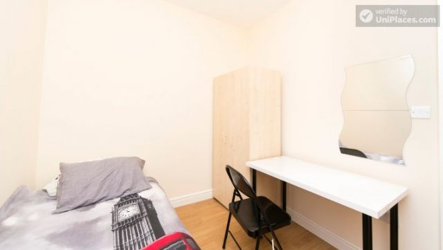 Single Bedroom (Room 302) - Bright Apartment in Residential Leyton Area 10 Image