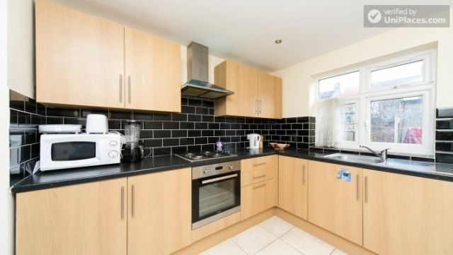 Single Bedroom (Room 302) - Bright Apartment in Residential Leyton Area 5 Image