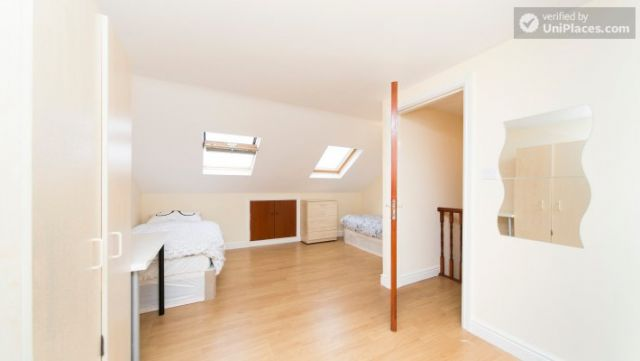 Single Bedroom (Room 302) - Bright Apartment in Residential Leyton Area 9 Image
