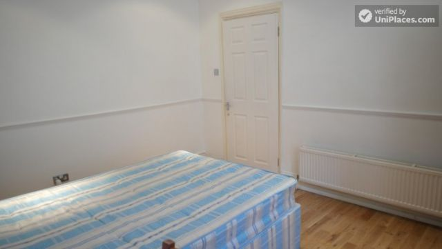 Double Bedroom (Room A) - Pleasant 4-Bedroom house in Mile End 4 Image