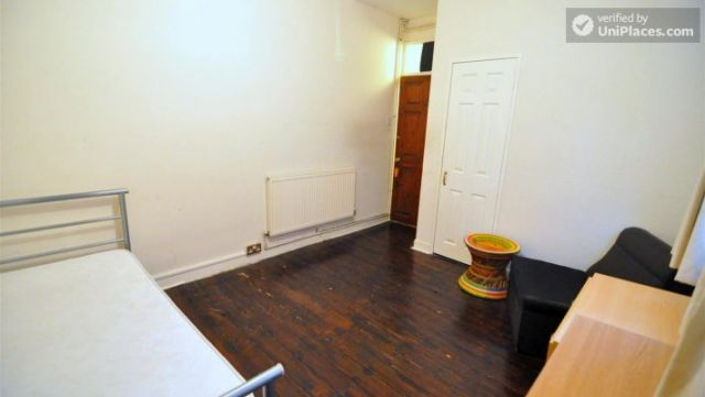 Rooms available - 4-bedroom house in cool Bethnal Green 9 Image