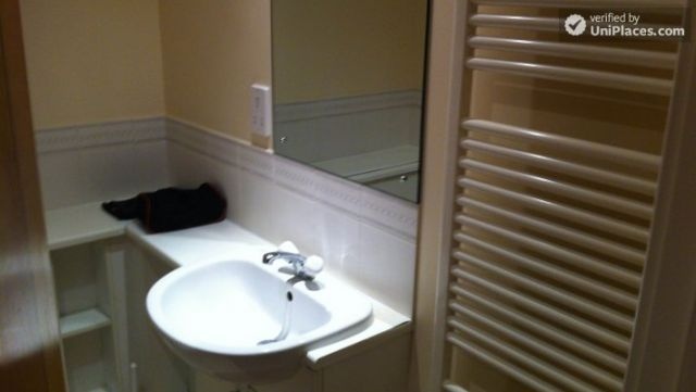 Single Bedroom (Room A) - Modern 4-bedroom apartment in residential Poplar 12 Image