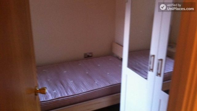 Single Bedroom (Room A) - Modern 4-bedroom apartment in residential Poplar 9 Image