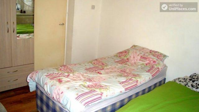 Single Bedroom (Room B) - 4-Bedroom apartment in pleasant Queen's Park 9 Image