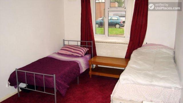 Single Bedroom (Room B) - 4-Bedroom apartment in pleasant Queen's Park 4 Image