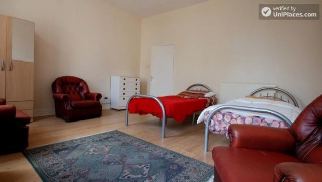 Twin Bedroom (Room E) - 6-bedroom apartment in calm West Kilburn 7 Image