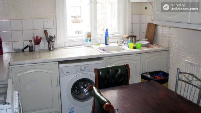 Twin Bedroom (Room E) - 6-bedroom apartment in calm West Kilburn 9 Image