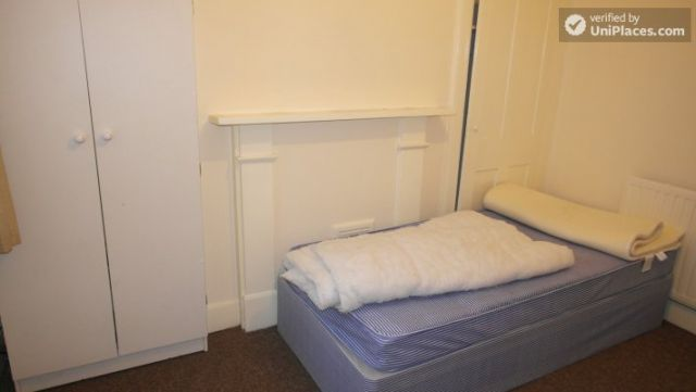 Single Bedroom (Room A) - Spacious 5-bedroom house with a garden, near Woodgrange Park 9 Image